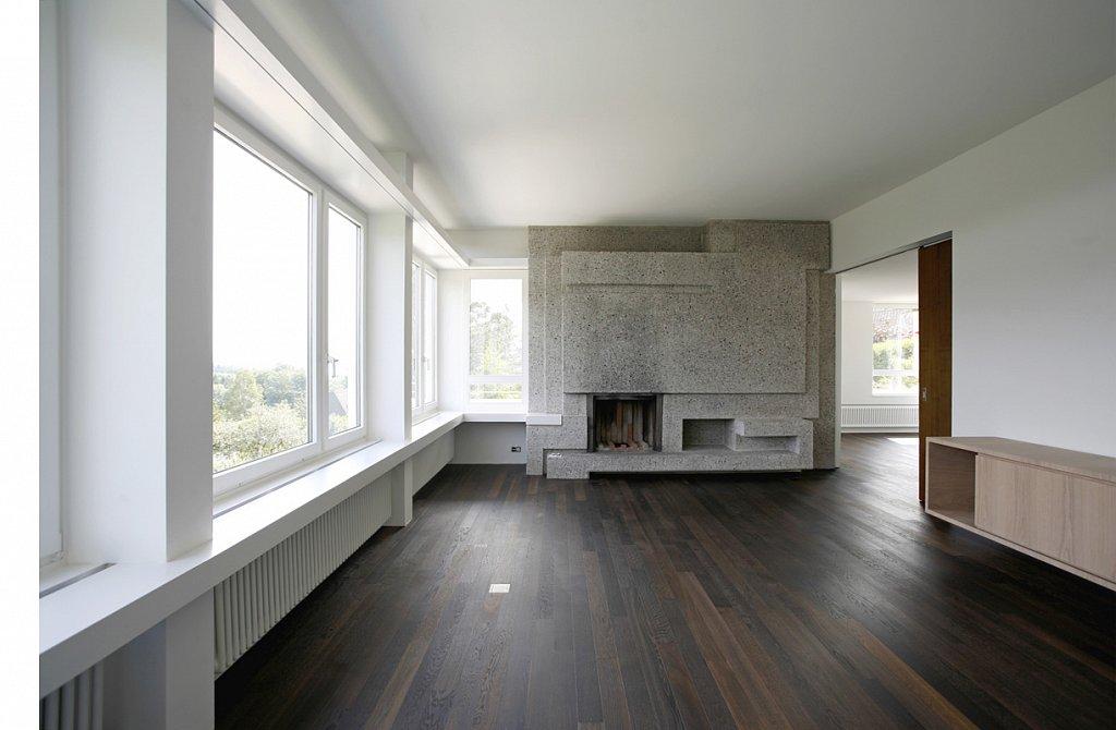 Wohnraum mit Cheminée aus der Bauzeit