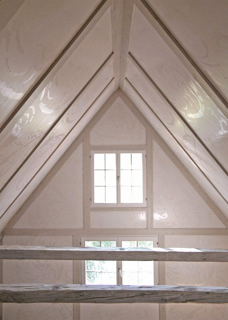 Dachraum mit Holzvertäfelung